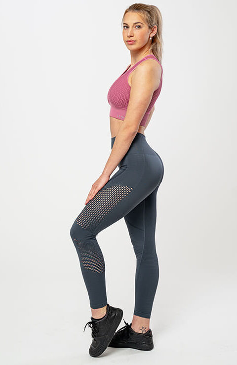 Športne pajkice za ženske Isabela – temno sive z detajli, raztegljive, fleksibilne, brezšivne legice s topkom. Bogata izbira materialov in barv. Leona legice – najboljša ponudba pajkic.