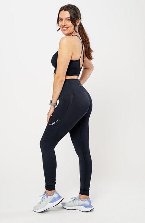 Športne pajkice za ženske Ami profil –črne, raztegljive, fleksibilne, brezšivne legice s topkom. Bogata izbira materialov in barv. Leona legice – najboljša ponudba pajkic.